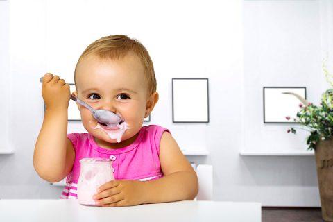 Sữa chua cho trẻ 6 tháng: Chọn loại nào và cho bé ăn thế nào là tốt nhất?