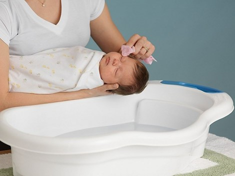 Tắm nước dừa cho trẻ sơ sinh có thực sự tốt như lời đồn?